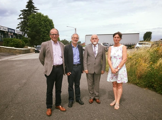 Schepenen Renaat Vandenbulcke, Griet Vanryckegem en Dirk Vanholme met Vlaams parlementsvoorzitter Jan Peumans